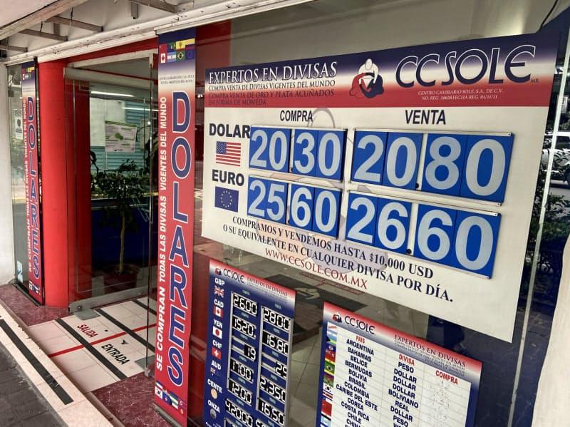 メキシコの経済悪化も外国からの送金増の一因だ(メキシコシティ中心部の両替所)