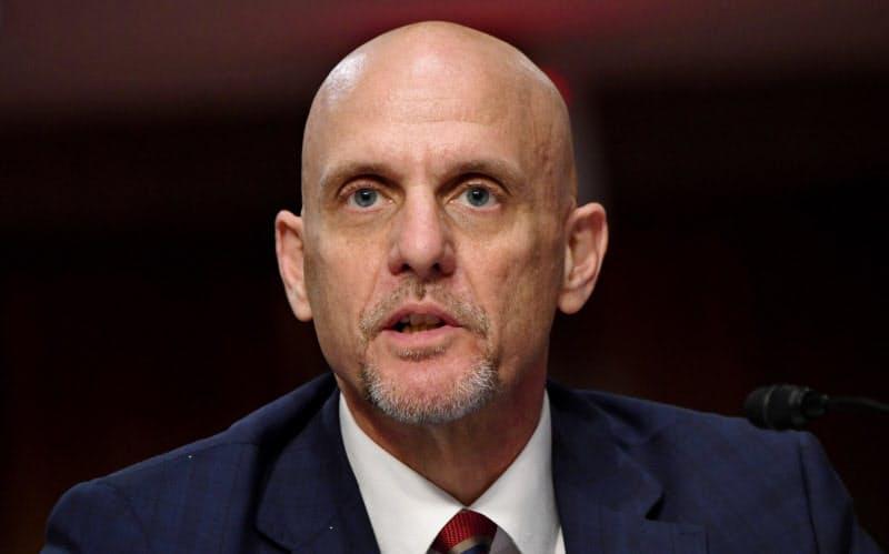 FDAのハーン長官は、治療法の効果を過大に語った記者会見での発言を修正した=ロイター
