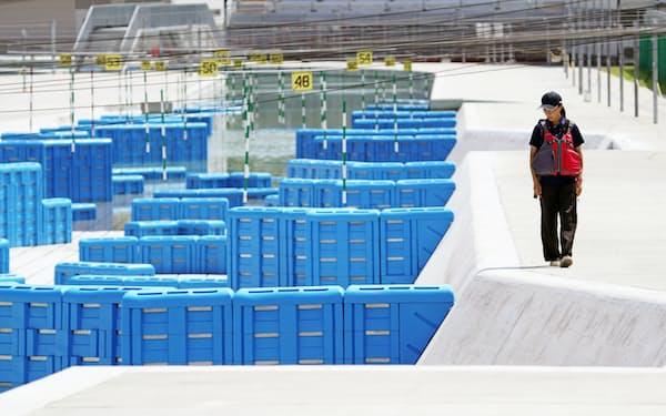 カヌー・スラロームセンターのコースを確認する施設スタッフ(8月、東京都江戸川区)