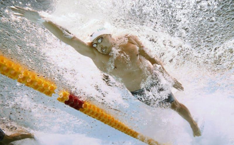 競泳のコナミオープン男子50メートル自由形決勝で力泳する塩浦(2月15日、東京辰巳国際水泳場)=共同
