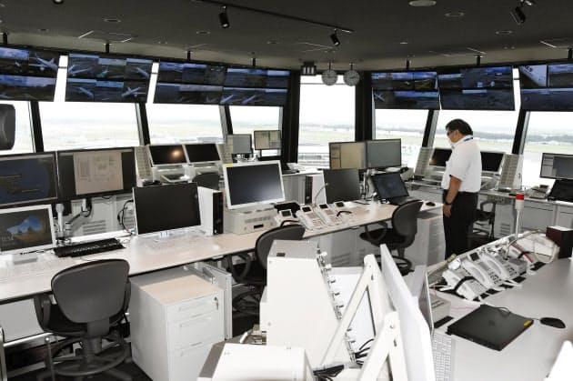 報道公開された、成田空港の新しいランプコントロールタワー5階のコントロール室(2日午前)=共同
