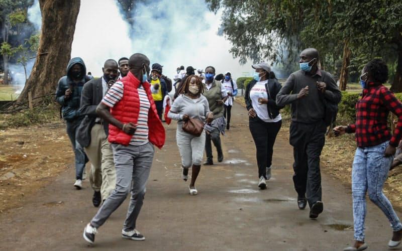 ケニアでは汚職に対する市民の抗議活動が続く=AP