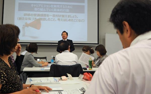 明治安田生命保険は58歳の社員を対象にキャリア研修を開催している(2017年の研修)
