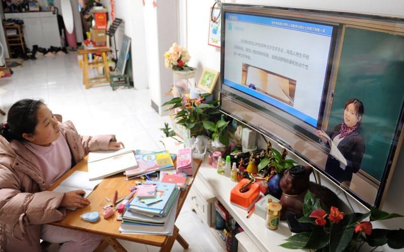 中国では新型コロナウイルスを機にオンライン教育が一気に普及した(3月、安徽省)=ロイター、チャイナ・デイリー
