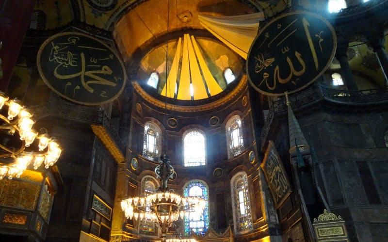 アヤソフィアのドームに描かれたキリスト教絵画は布で覆われた(8月、イスタンブール)
