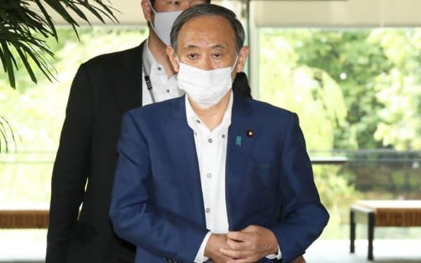 首相官邸を出る菅官房長官(3日午前)