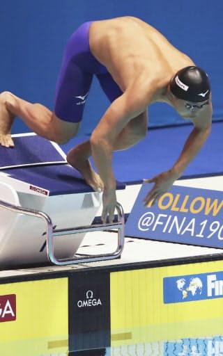 男子50メートル自由形決勝でスタートする塩浦(2019年7月、光州)=共同