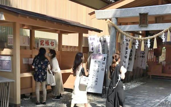 女性の守り神「石神さん」は人気スポット(8月、神明神社)