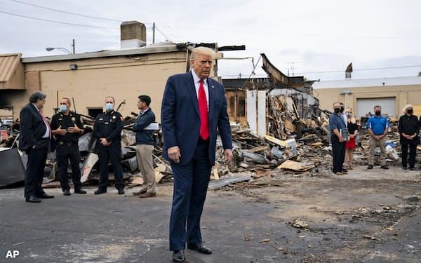 9月1日、黒人差別反対デモが暴動化して荒れ果てたウィスコンシン州ケノーシャの街を歩くトランプ大統領=AP