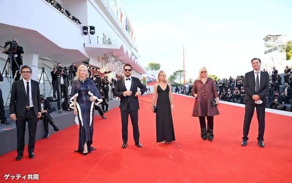 2日、イタリア北部で開幕したベネチア国際映画祭の審査員ら=ゲッティ・共同