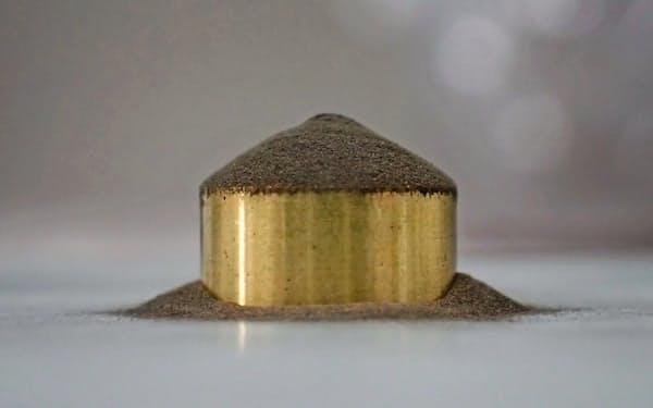 開発した材料は銅粉を酸化銅の膜で覆い、レーザーを吸収しやすくした