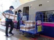 新幹線を活用した物流を広げる(東北新幹線での輸送実験の様子)
