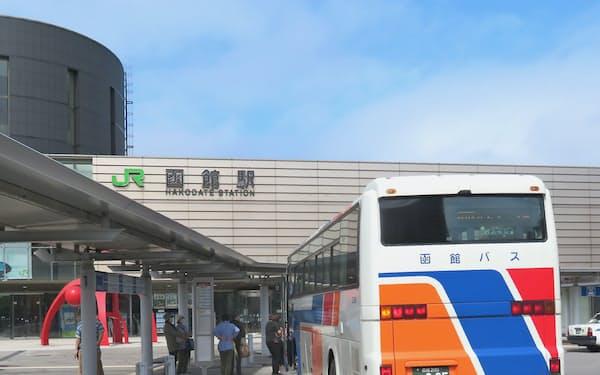 かつては鉄道だけで行き来できた北海道函館市と江差町の間を、現在はバスがつなぐ