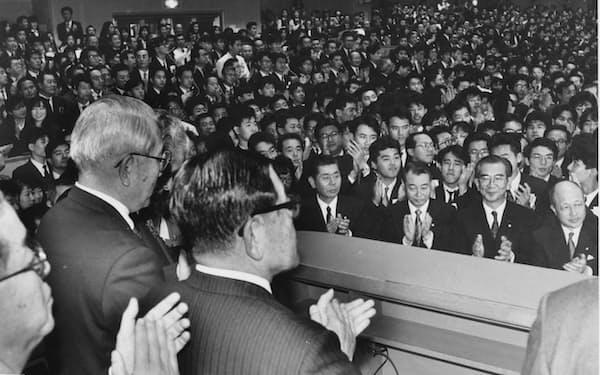大納会では「すぐに4万円」など強気の相場展望が飛び交った(1989年12月29日、東証)