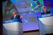 3日、記者会見する欧州委員会のシェフチョビッチ副委員長(左)ら(ブリュッセル)=ロイター