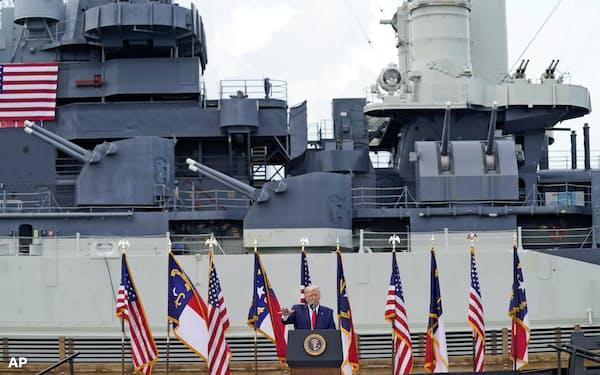 米軍関連のイベントで演説するトランプ大統領(南部ノースカロライナ州)=AP