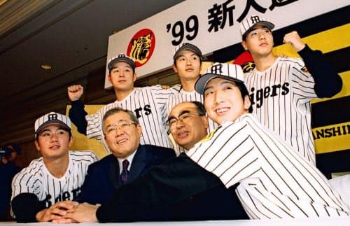 1998年12月、阪神新入団発表の藤川(前列右)。時の監督は野村克也氏(前列左から2人目)だった=共同