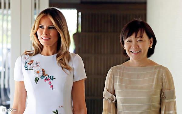 メラニア米大統領夫人(左)と安倍昭恵首相夫人=ロイター