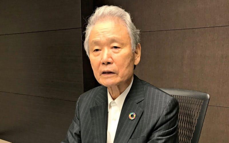インタビューに答える榊原定征・前経団連会長