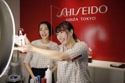 日本でも美容部員がライブコマースによって化粧品を説明し、販売につなげている