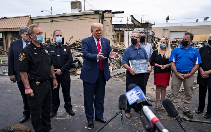 トランプ大統領は1日、銃撃事件があったウィスコンシン州ケノーシャを訪れ、治安強化の姿勢を強調した=AP