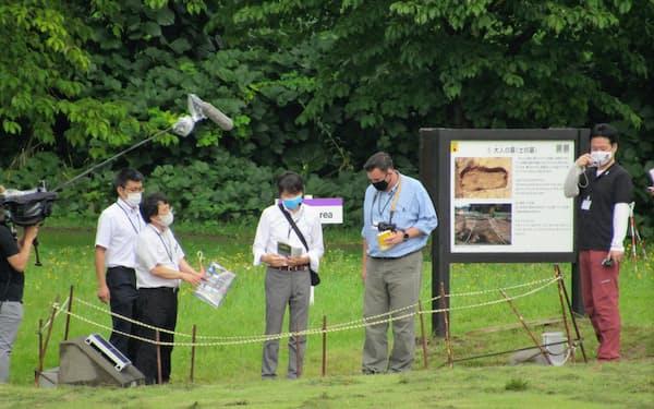 調査に入ったイコモスの専門家(右から2人目、青森市の三内丸山遺跡)