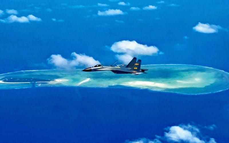 南シナ海上空を飛行する中国の空軍機(2017年10月)=新華社・共同