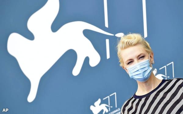 審査委員長を務める女優のケイト・ブランシェットさんも新型コロナウイルス対策でマスクを着用(2日、ベネチア)=AP