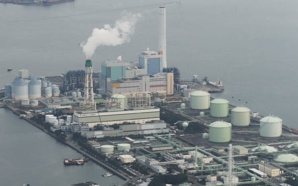 石炭火力発電所(奥)と天然ガス火力発電所(手前)=横浜市磯子区