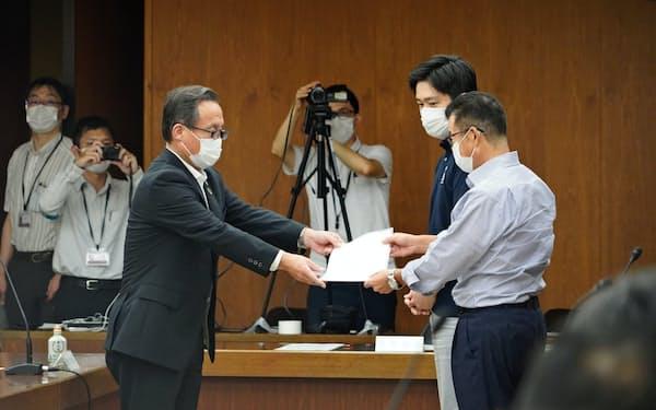 大阪都構想の制度案が議会で承認されたことを法定協議会の今井豊会長(左)に報告する松井一郎市長(右)(4日、大阪市役所)