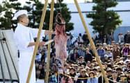 「大洗あんこう祭」はつるし切りが人気(2019年11月、茨城県大洗町)=共同
