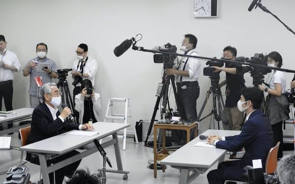 会談する北海道寿都町の片岡町長(左)と鈴木知事(3日、寿都町)