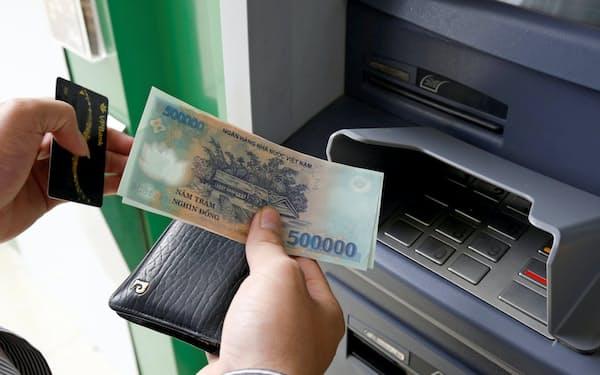ベトナムではこれまで現金が多く使われてきたが、キャッシュレス決済が急速に拡大している=ロイター