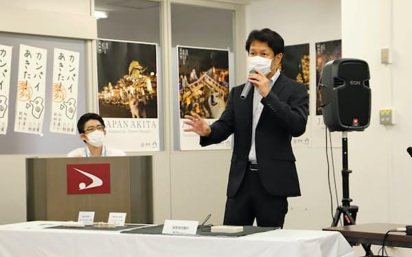人工呼吸器の部品について説明するホクシンエレクトロニクスの佐藤宗樹社長(秋田県庁)