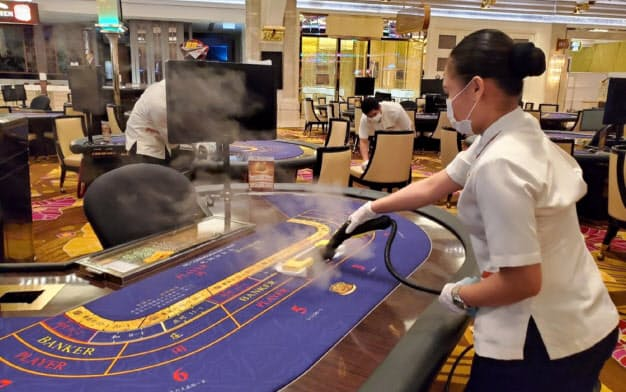 マカオでカジノを運営する銀河娯楽は新型コロナ対策で賭場を消毒している