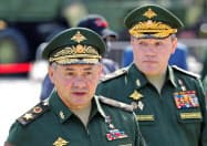 ロシアのショイグ国防相(手前、8月)=ロイター