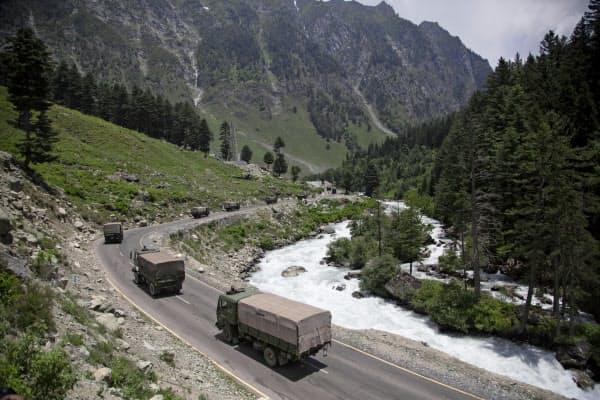 6月、中印国境の係争地域に向かうインド軍車両=AP
