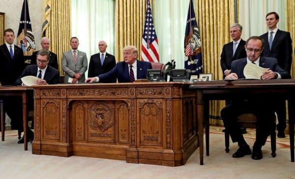 4日、トランプ米大統領(中央)はセルビアとコソボの両首脳と会談した(ワシントン)=ロイター