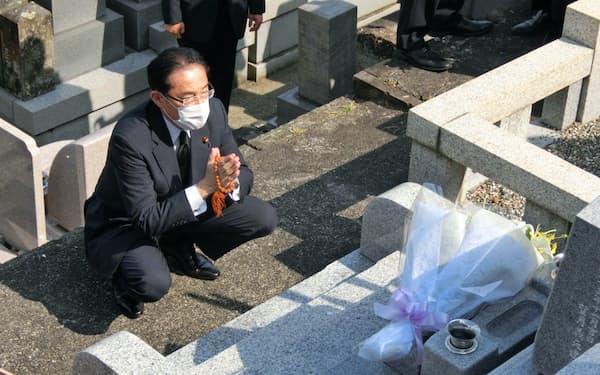 自民党の岸田文雄政調会長は岸田派の望月義夫・前事務総長の墓参りに訪れ、党総裁選の必勝を誓った(5日午後、静岡市)