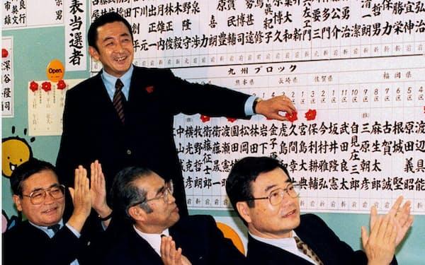 1996年の衆院選で議席を伸ばし笑顔を見せる橋本龍太郎首相ら(東京永田町の自民党本部)=共同