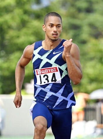 男子100メートルで力走するケンブリッジ飛鳥。10秒13をマークした(6日、富士北麓公園陸上競技場)=共同