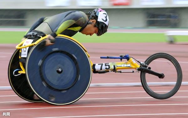 男子400メートル(車いすT52) 力走する佐藤友祈(6日、熊谷スポーツ文化公園陸上競技場)=共同