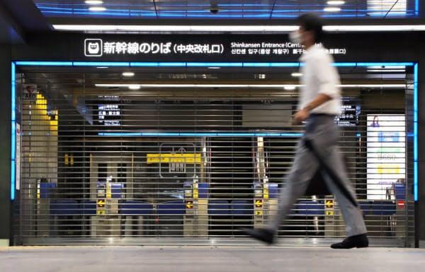 台風の影響で運休し、シャッターが下ろされたJR博多駅の新幹線改札口(7日午前、福岡市)