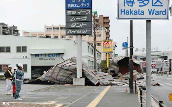 強風で飛ばされた自動車整備工場の屋根(7日午前、福岡市博多区)=共同