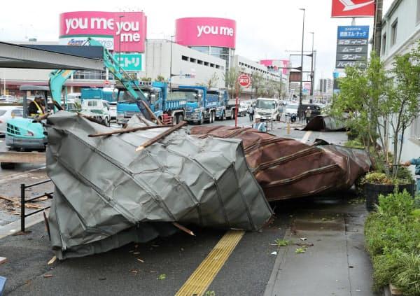 強風で飛ばされた自動車整備工場の屋根(7日午前、福岡市博多区)