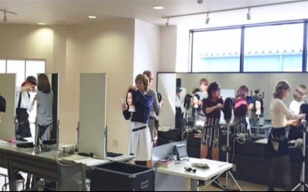 若手美容師は研修センターで技術習得に専念する(金沢市)