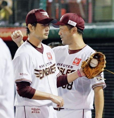 三木監督(右)は涌井に対して「頼れる投手」と絶大な信頼を寄せる=共同