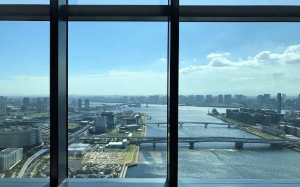 三井ガーデンホテル豊洲ベイサイドクロスの36階ロビーからは東京湾岸が一望できる(東京都江東区)