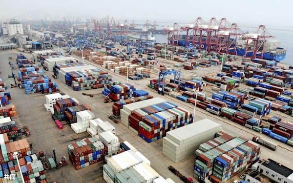 中国江蘇省の港に積まれた輸出用のコンテナ(CFOTO=共同)