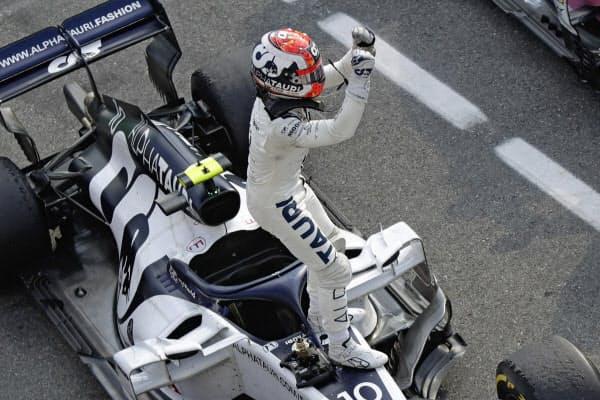 F1イタリアGPで優勝して喜ぶアルファタウリ・ホンダのピエール・ガスリー=AP